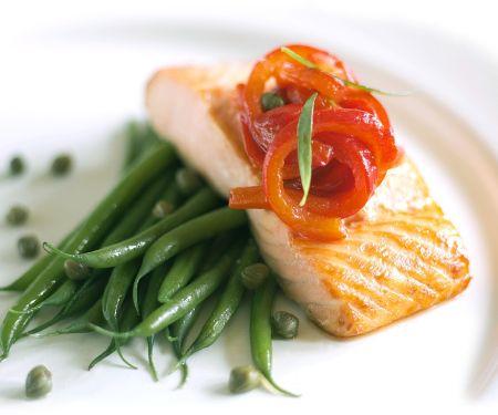 Gebratener Lachs mit Tomaten und Bohnen