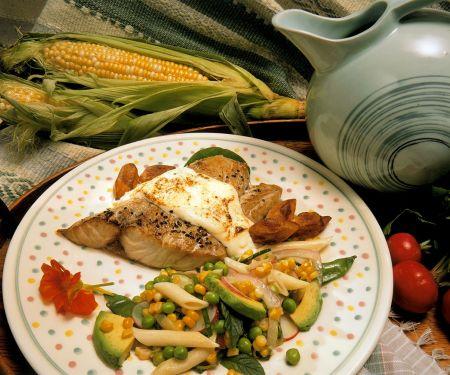 Gebratener Schwertfisch mit Bratkartoffeln und Nudelsalat