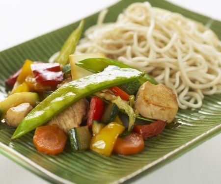 Gebratenes Gemüse mit Hähnchen und Reisnudeln