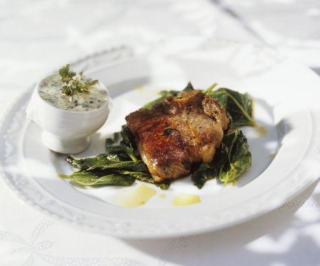 Gebratenes Lammkotelett mit wildem Spinat