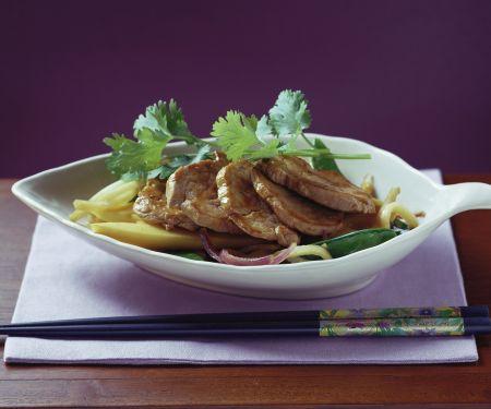 Gebratenes Schweinefleisch mit Bambus