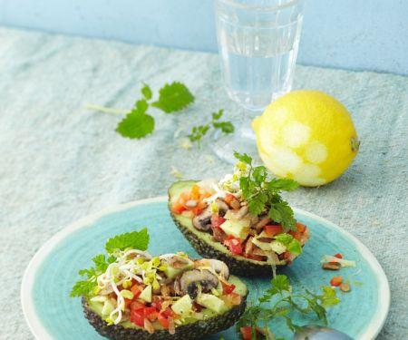 Gefüllte Avocado mit Tomaten, Gurke und Pilzen