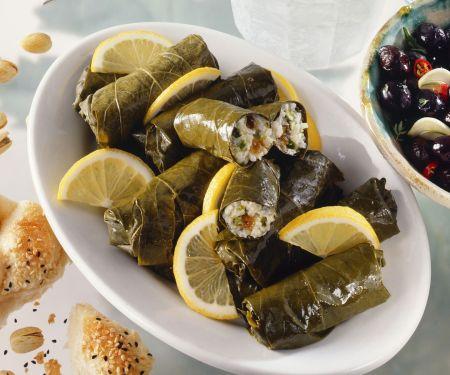 Gefüllte Weinblätter auf griechische Art (Dolmades)