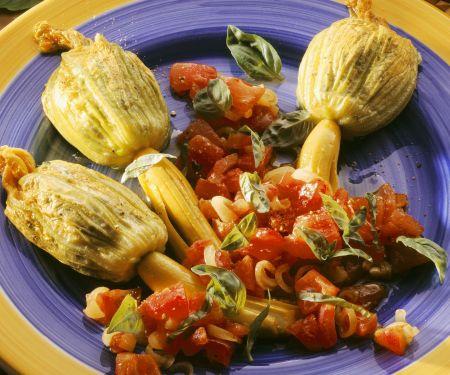 Gefüllte Zucchiniblüten und Tomatensalat