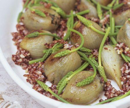 Gefüllte Zwiebeln mit rotem Reis und wildem Spargel