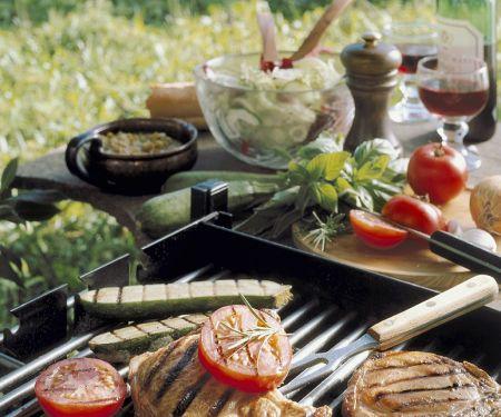 Gegrillte Koteletts mit Gemüse