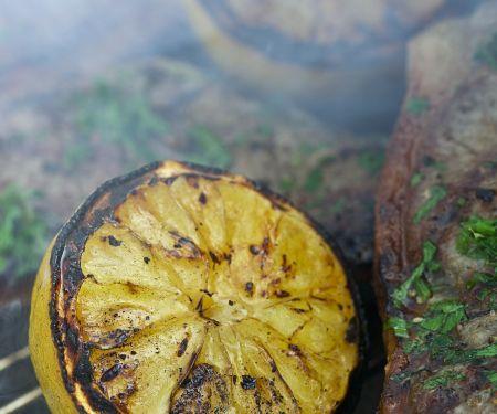 Gegrillte Koteletts mit Grill-Zitronen