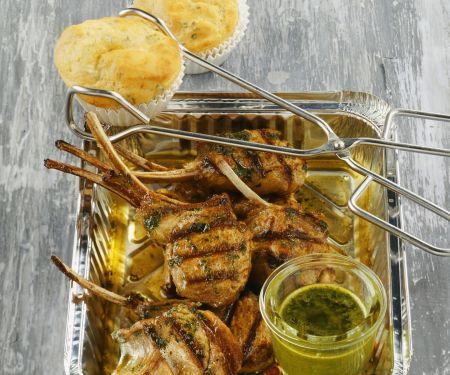 Gegrillte Lammchops mit Kräutersoße und herzhaften Muffins