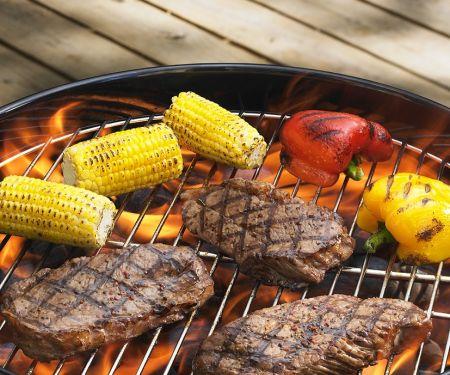 Gegrillte Steaks mit Gemüse