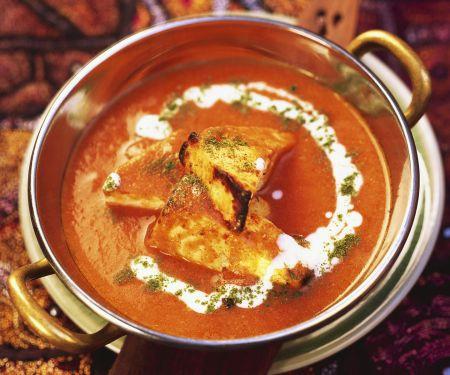 Gegrillter indischer Käse in Tomatensoße
