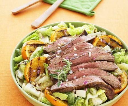 Gegrilltes Steak mit Salat und Orangen