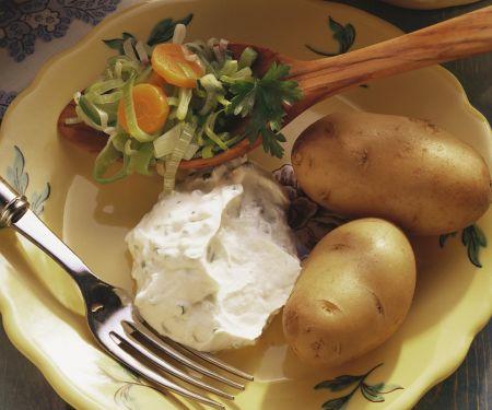 Gekochte Kartoffeln mit Quark und Karotten-Porree-Gemüse