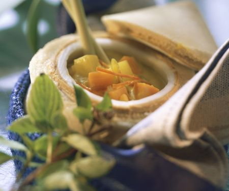 Gelbe Gemüsesuppe mit Kokosmilch und Zitronengras