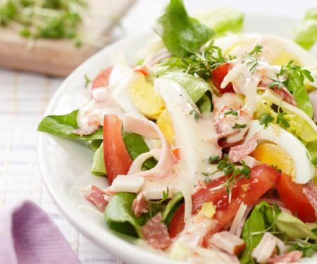 Gemischter Salat mit Ei und Joghurtdressing