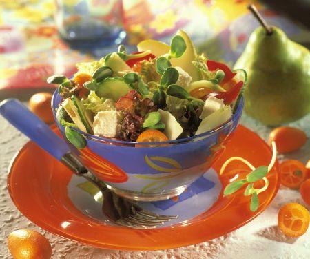 Gemischter Salat mit Käse und Birne