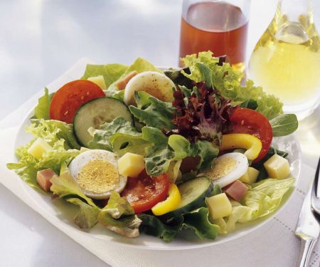 Gemischter Salat mit Käse und Ei