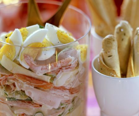 Gemischter Wurstsalat mit Käse, Paprika, Eiern und cremigem Dressing