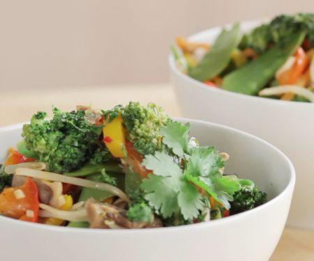 Gemüse aus dem Wok zubereiten
