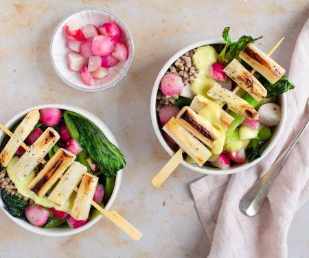 Gemüse-Buchweizen-Bowl mit Spargel-Spießen