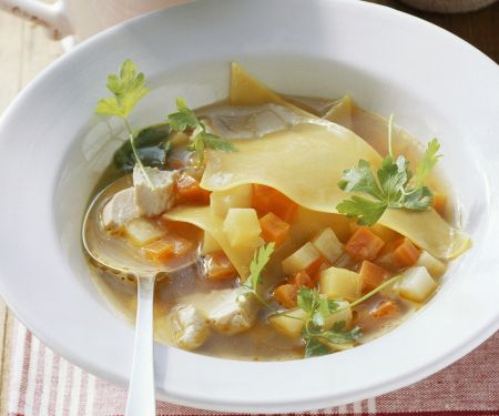 Gemüse-Geflügel-Suppe mit Lasagneblättern