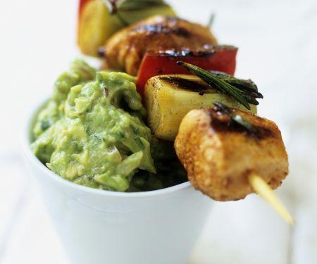 Gemüse-Lachs-Spieß mit Avocadocreme auf mexikanische Art (Guacamole)