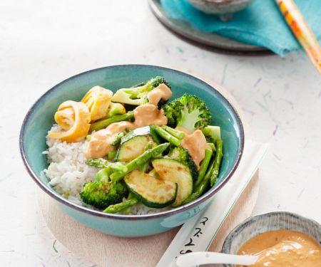 Gemüse mit Reis und Erdnusscremesauce