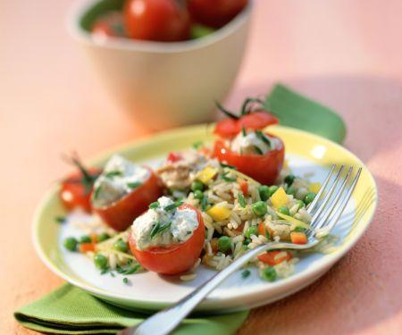 Gemüse-Reis-Salat mit Thunfischsauce und gefüllten Kirschtomaten
