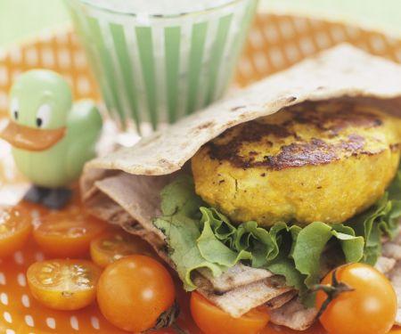 Gemüsebratling mit Fladenbrot und Kirschtomaten