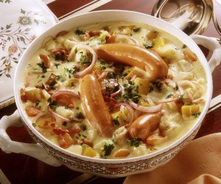 Gemüseeintopf mit Kartoffeln, Kohlrabi, Zwiebeln in sahniger Soße