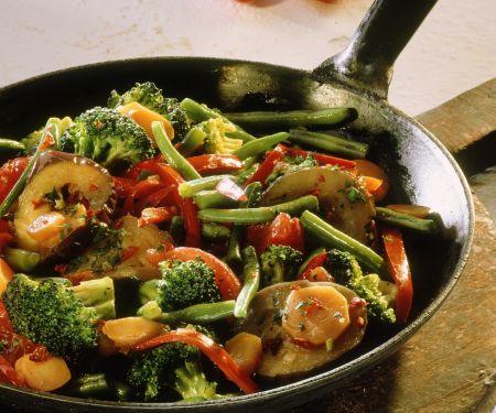 Gemüsepfanne mit Brokkoli und Auberginen
