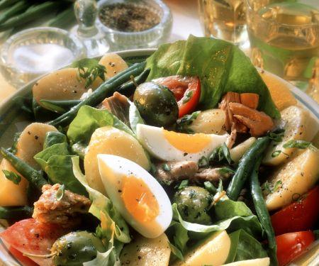 Gemüsesalat mit Ei, Salami und Thunfisch