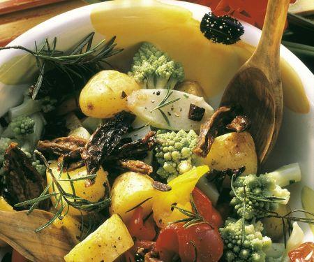 Gemüsesalat mit Ofenkartoffeln