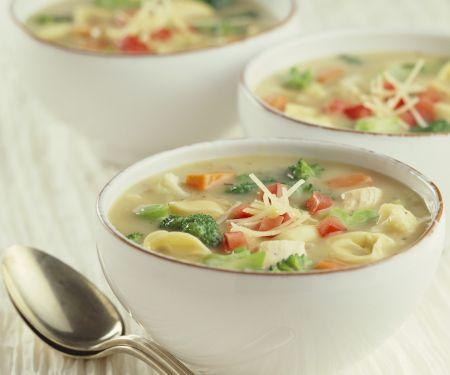 Gemüsesuppe mit Huhn, Tortellini und Parmesan