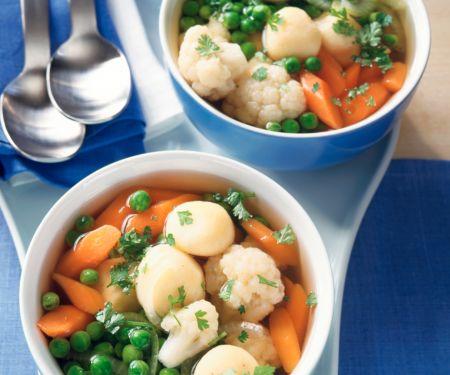 Gemüsesuppe mit Käseklößchen
