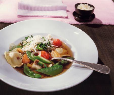 Gemüsesuppe mit Steinpilzravioli