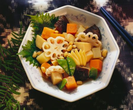 Gemüsetopf (Sojabohnen, Shiitakepilze, Kartoffeln, Bambus)