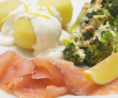 Geräucherter Lachs mit Kartoffeln, Zitronensoße und Brokkoliauflauf
