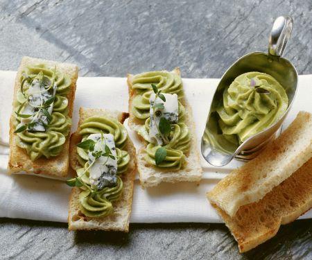 Geröstetes Brot mit Avocado-Gorgonzola-Aufstrich