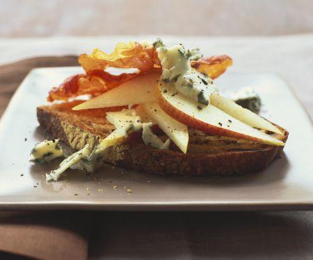 Geröstetes Brot mit Birne, Schinken und Blauschimmelkäse