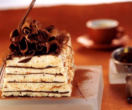 Geschichtete Eistorte mit Vanille und Schokolade