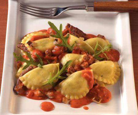 Geschmolzene Pfannen Pasta mit Rinderfilet und Salsa Arrabbiata