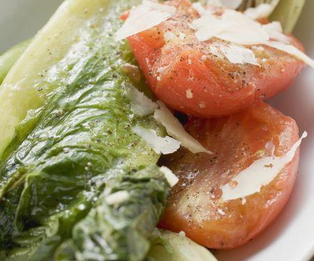 Geschmorter Römersalat mit Tomaten und Parmesan