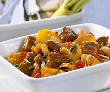 Geschmortes Gulasch mit Biersoße, Pilzen und Kartoffeln