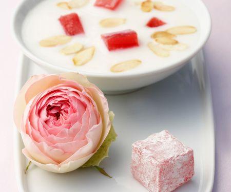 Gesüßte Mandelmilch und Rosengelee (Vegan)