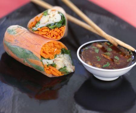 Glücksrollen mit Chili-Erdnuss-Dip