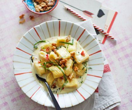 Gnocchi mit Blauschimmelkäsesoße und Nüssen