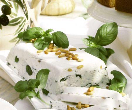 Gorgonzola-Terrine mit Pinienkernen