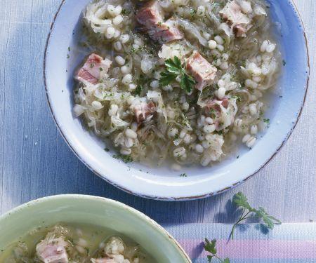 Graupen-Sauerkrautsuppe mit Schweinefleisch
