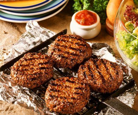 Grill-Buletten mit Salat