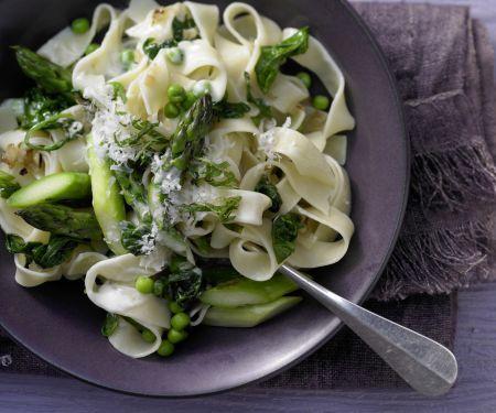 Grüne Gemüse-Pasta mit Spinat, Spargel und Erbsen